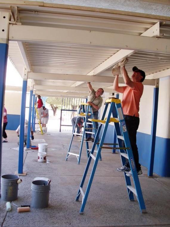 Marana Rotary Club paints awning at elementary school