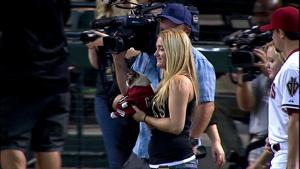 Grumpy Cat gives first pitch at Diamondbacks game