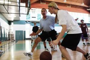 A hoops traveler stops to teach