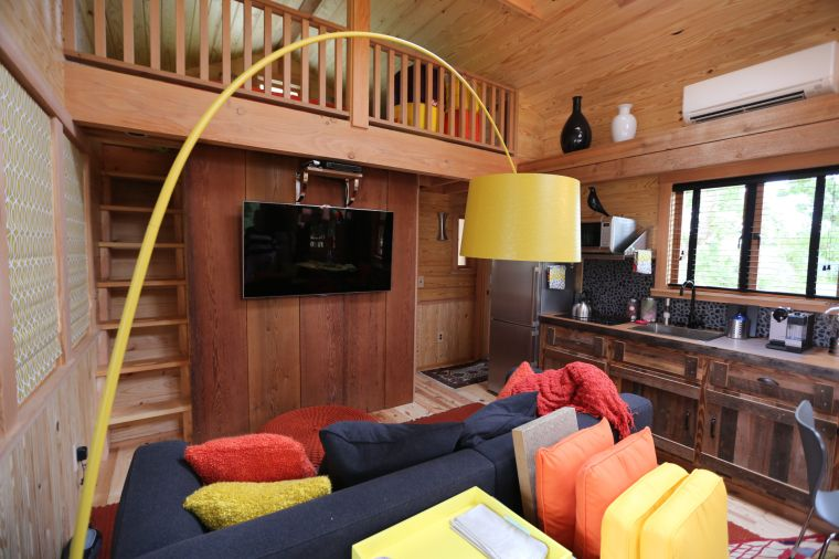 Couple s texas sized treehouse near mart opens new television series local - Treehouse masters interior ...