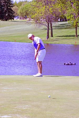<p>Thomas Nelson shot a 37 on the front nine and a 40 on the back nine to finish with a 77. His brother, Justin, trails Thomas by three strokes.</p>