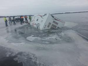 Fish House goes through ice on Lake Minnetaga