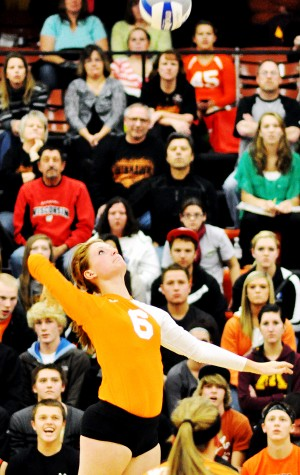 Winona volleyball wins, stays tied for second in conference