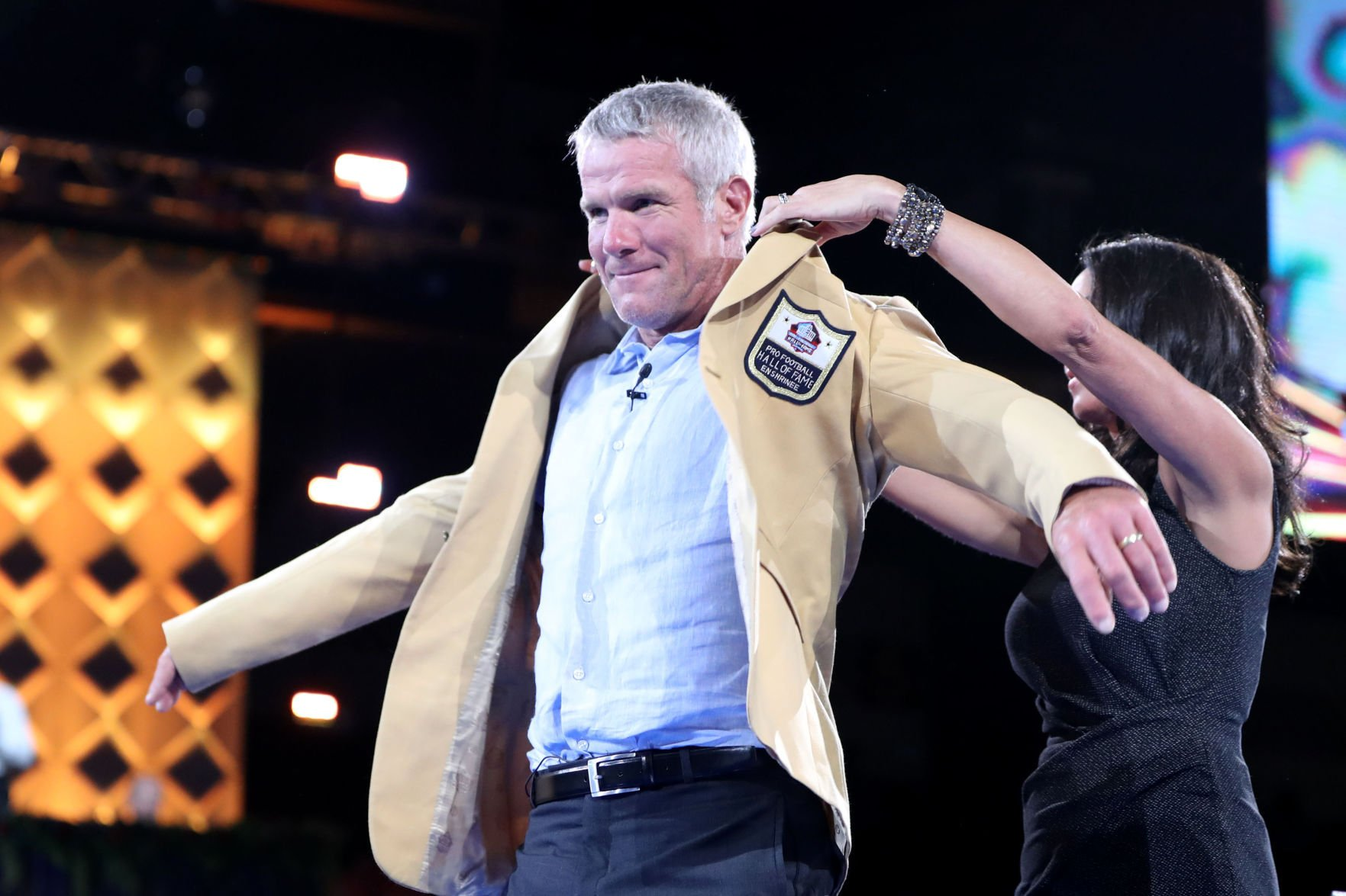 Brett Favre brings down the house with emotional, hilarious speech