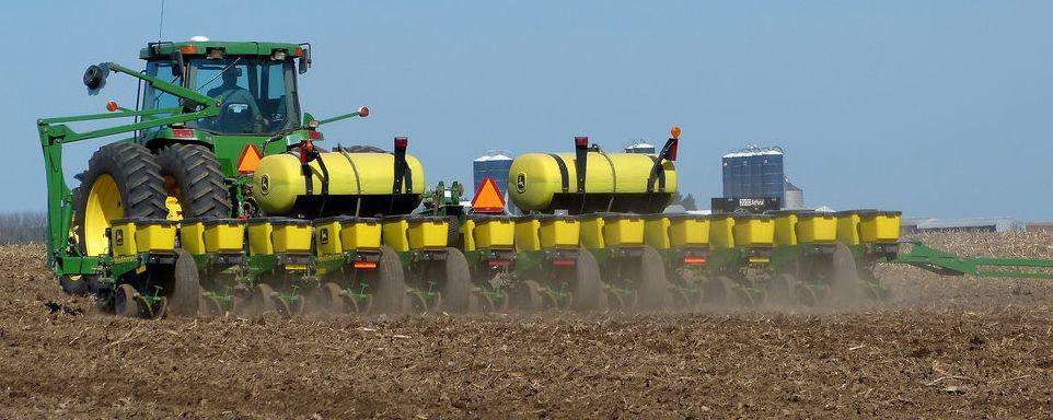 Tractor plants corn