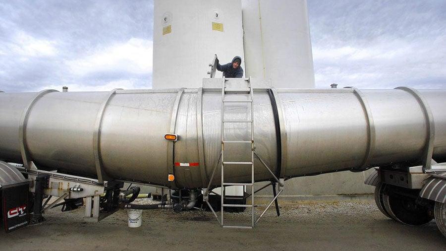 loads a tank truck with fertilizer