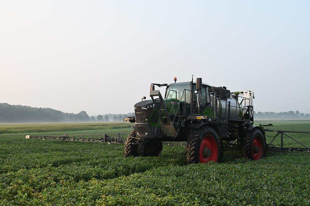 AGCO-NA-Fendt-Rogator-900-lowsuspension-in soybeans-081221
