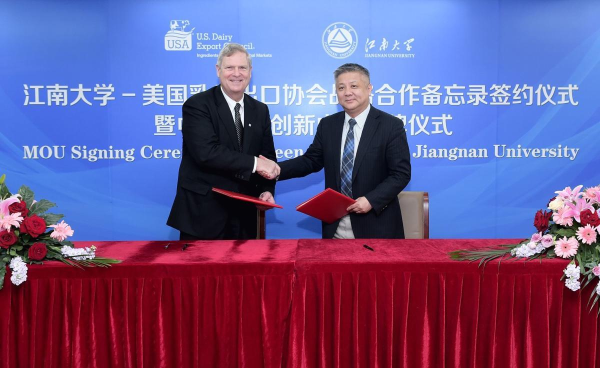 Jiangnan University Vice-President Xu Yan and U.S. Dairy Export Council President Tom Vilsack