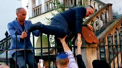 Chief Polish rabbi climbs fence of barricaded synagogue