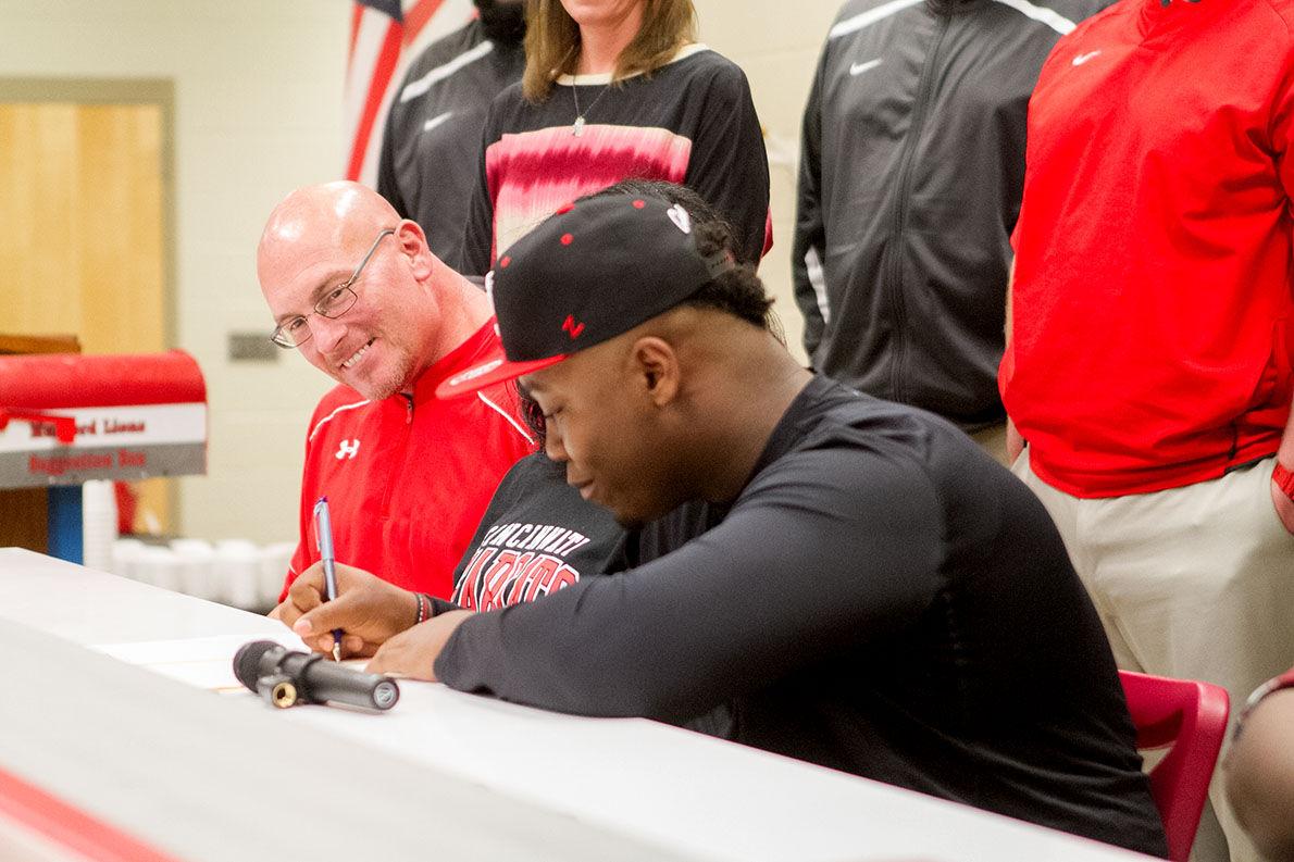 Jakari signs with Cincinnati3-bc.jpg