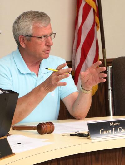 Mayor controls meeting calmly