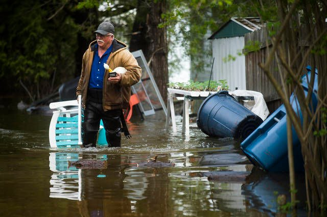 Thousands evacuated as Tittabawassee River floods Midland area