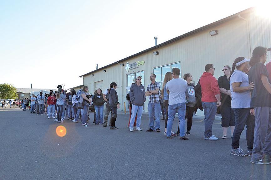 2,000 people go through line
