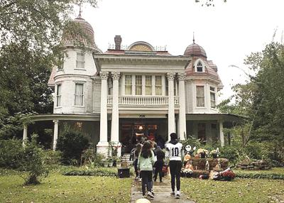 A spectral education: Students tour alleged haunted house following local author talk
