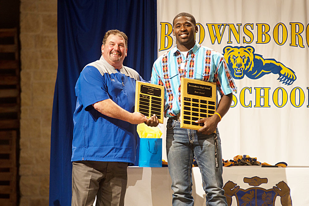 Kenneth Woods receive Bear award