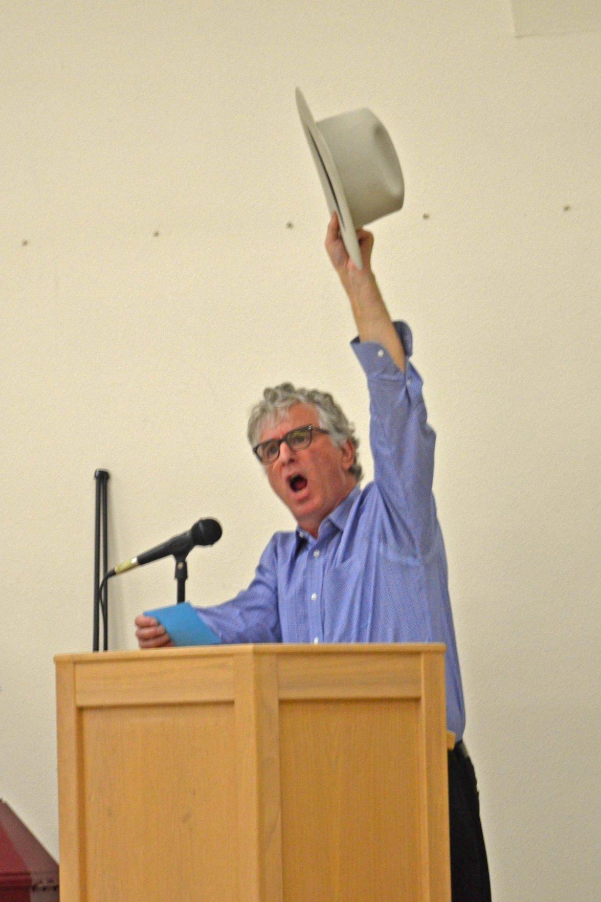 Dave Lieber raises hat.JPG