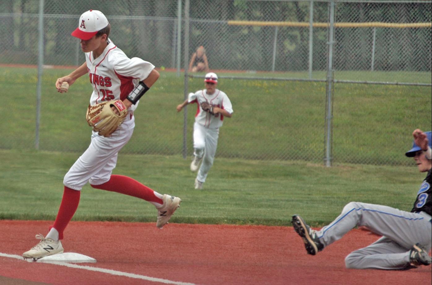Wellborn tags third base