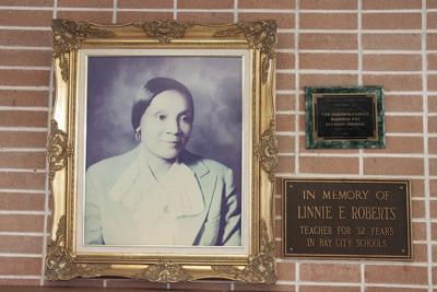 Trustees vote 4-1 to place Roberts plaque at school