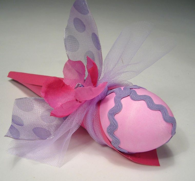 Easter tradition all about egg cesorizing this year lifestyles this photo provided by the do it yourself network shows a decorated easter egg rather than just coloring eggs americans are looking for new ways to solutioingenieria Image collections