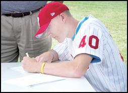 Diekman inks contract with Phillies