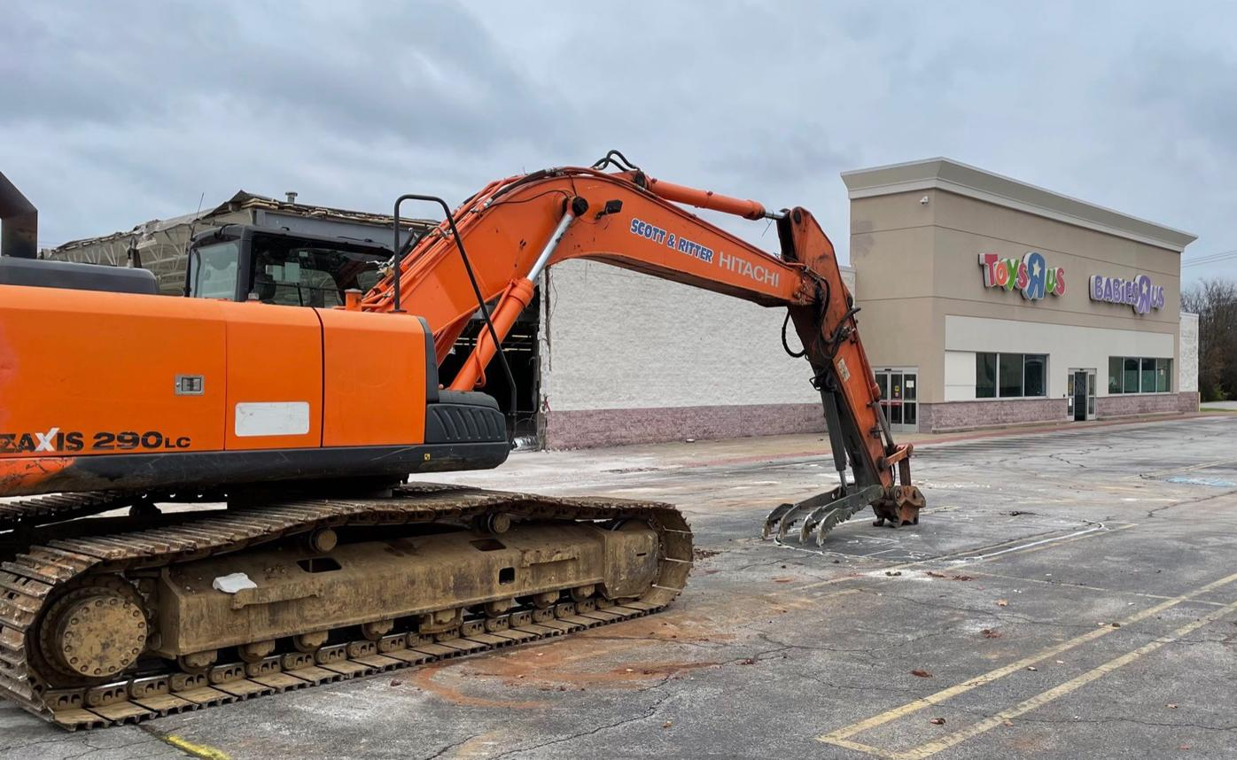 Big Lots moving to former Toys R Us location