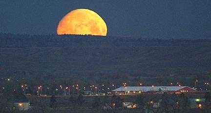 PHOTO: Montana moon set