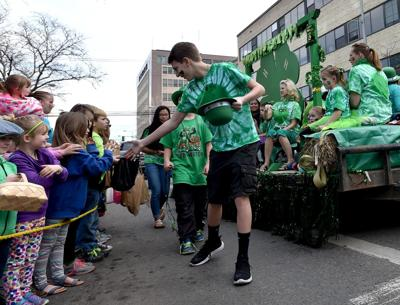 4-H groups hand out candy