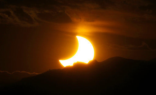 Solar eclipse mania spurs festivals, tours, sold-out hotels
