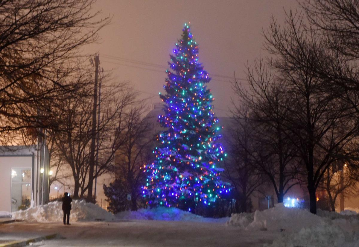 Christmas Lights Bismarck Nd 2020 Bismarck holiday lights tradition begins; another continues