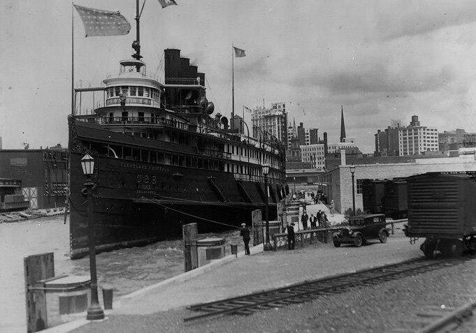 Seeabdbee-docks-at-Buffalo.jpg
