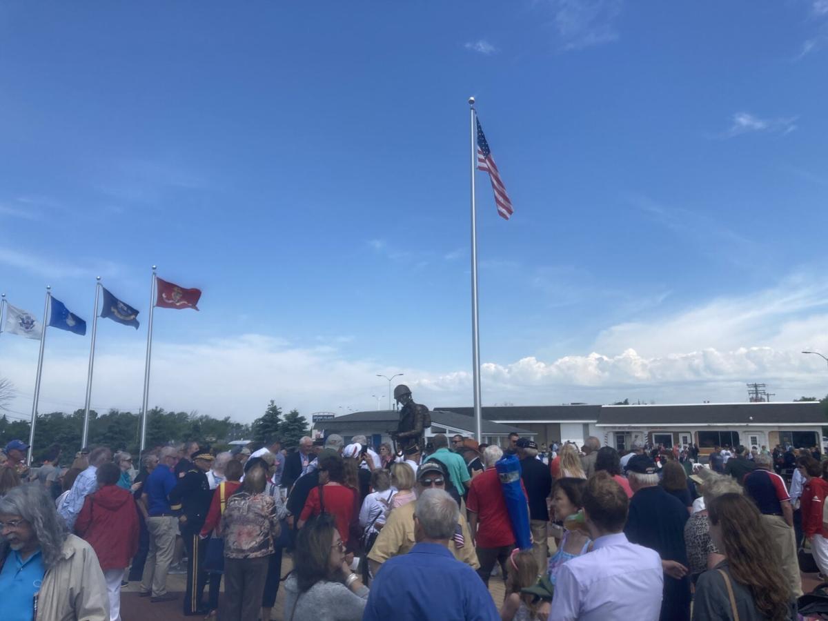 Crowd flocks to DeGlopper statue