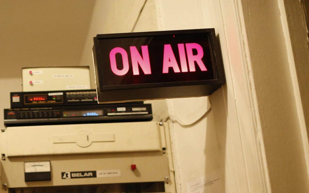 Radio on air sign GEE