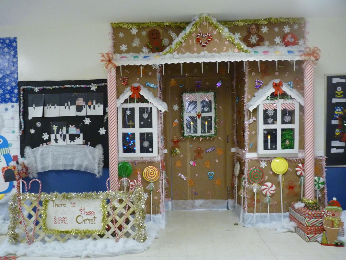 Cape christian academy holds holiday door decorating for Article decoration