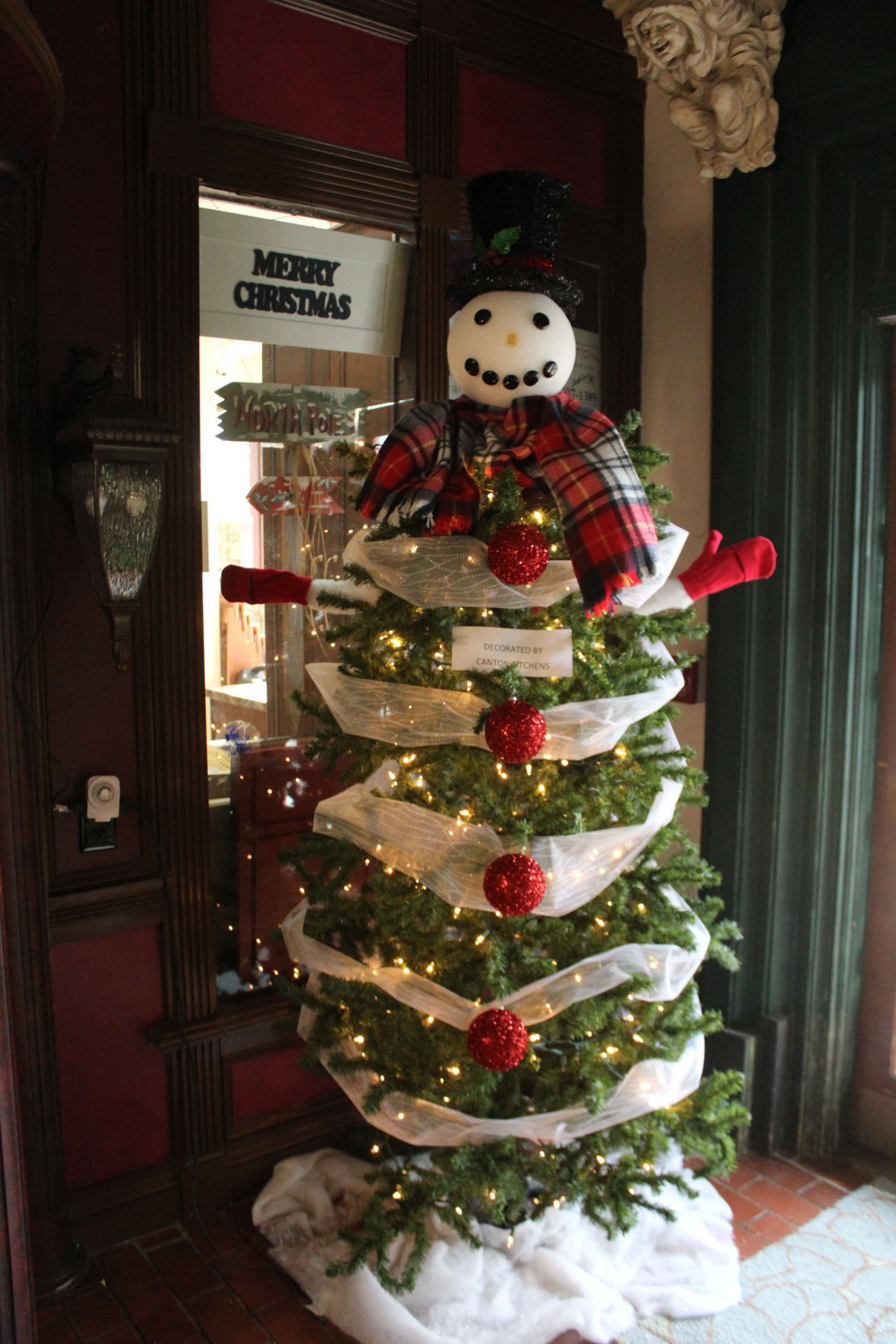 Towns that have great christmas decorations read - Towns Encourage Holiday Spirit