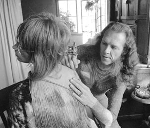 Lyle Tuttle works on a tattoo in a 1973 photo