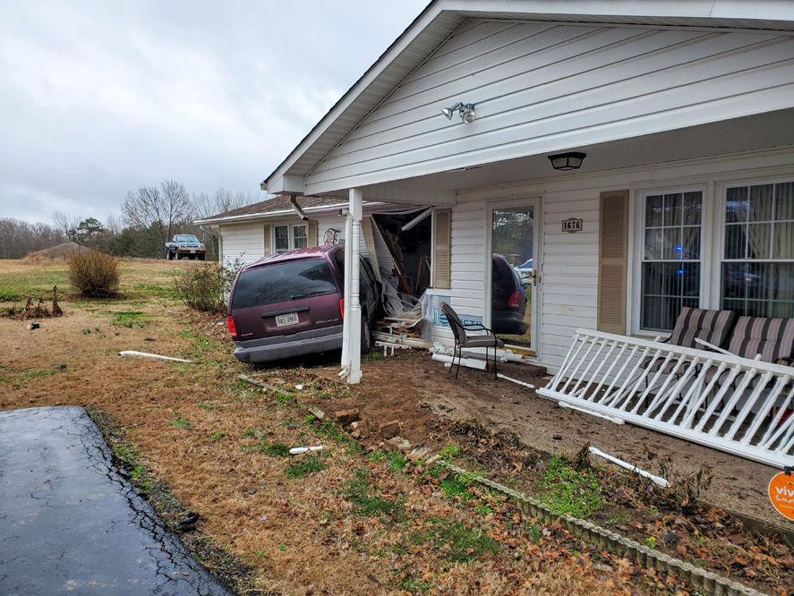 van crashes into home 2.jpg