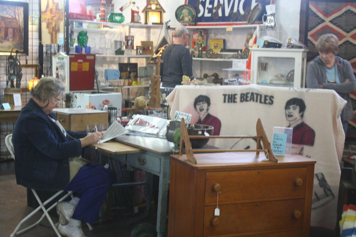 Antique dealers sell goods at Chippewa Falls show-01