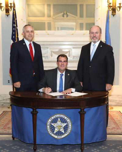 Ceremonial signing held for five-day school week bill