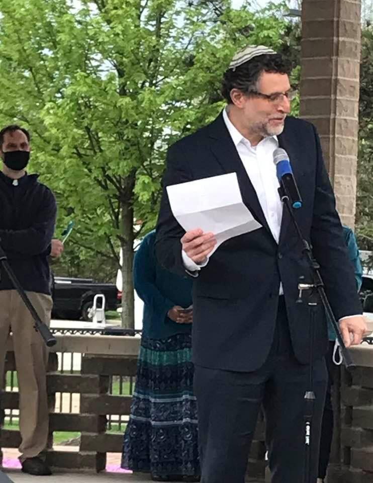 Rabbi Caruso addresses the crowd.jpg