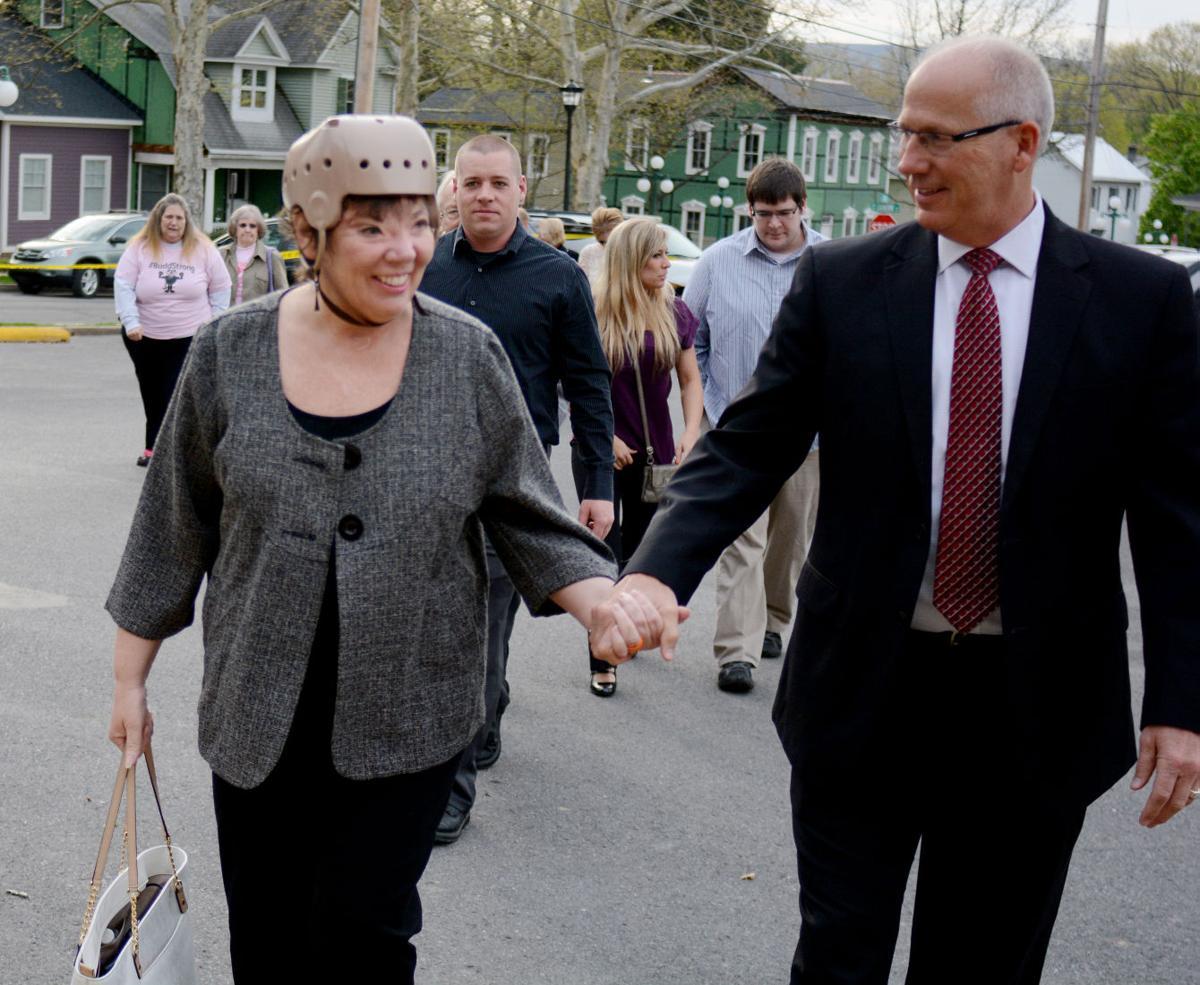 Sharon and Randy Budd enter courthouse