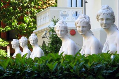 800px-Hotel_Rouge_statues.jpg
