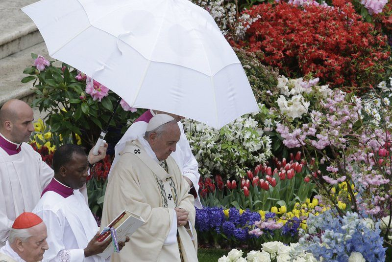 Pope, thousands brave rain for Easter service