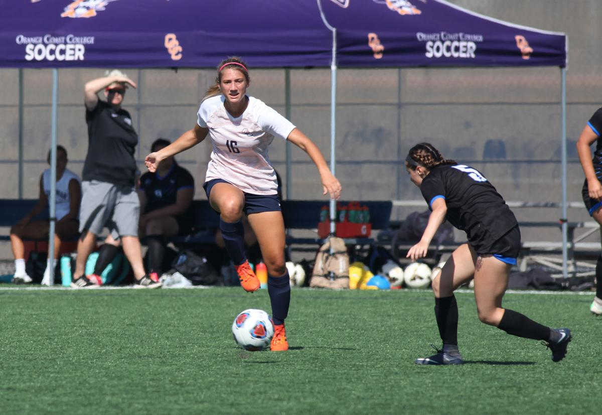 Women's soccer wins first home game - Photo 2