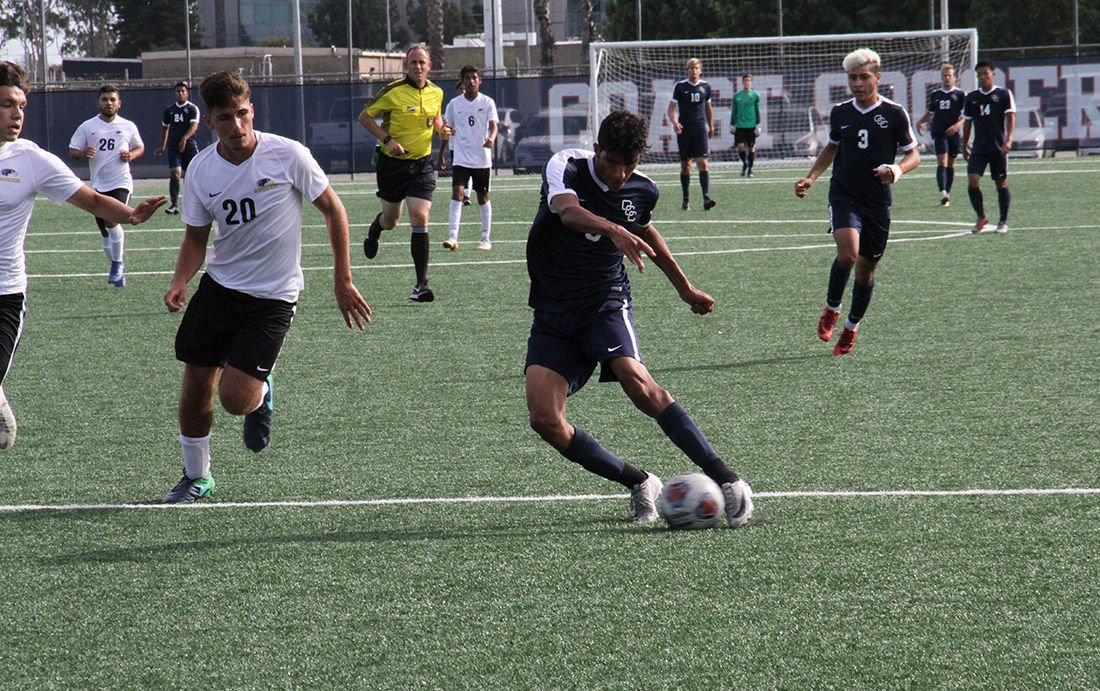 Men's soccer kicks its way to victory - Photo 1