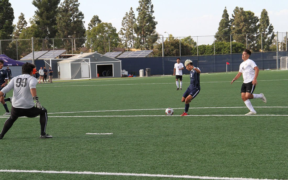 Men's soccer kicks its way to victory - Photo 2