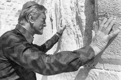Belarus Jewish community holds memorial for Kirk Douglas, its most famous descendant