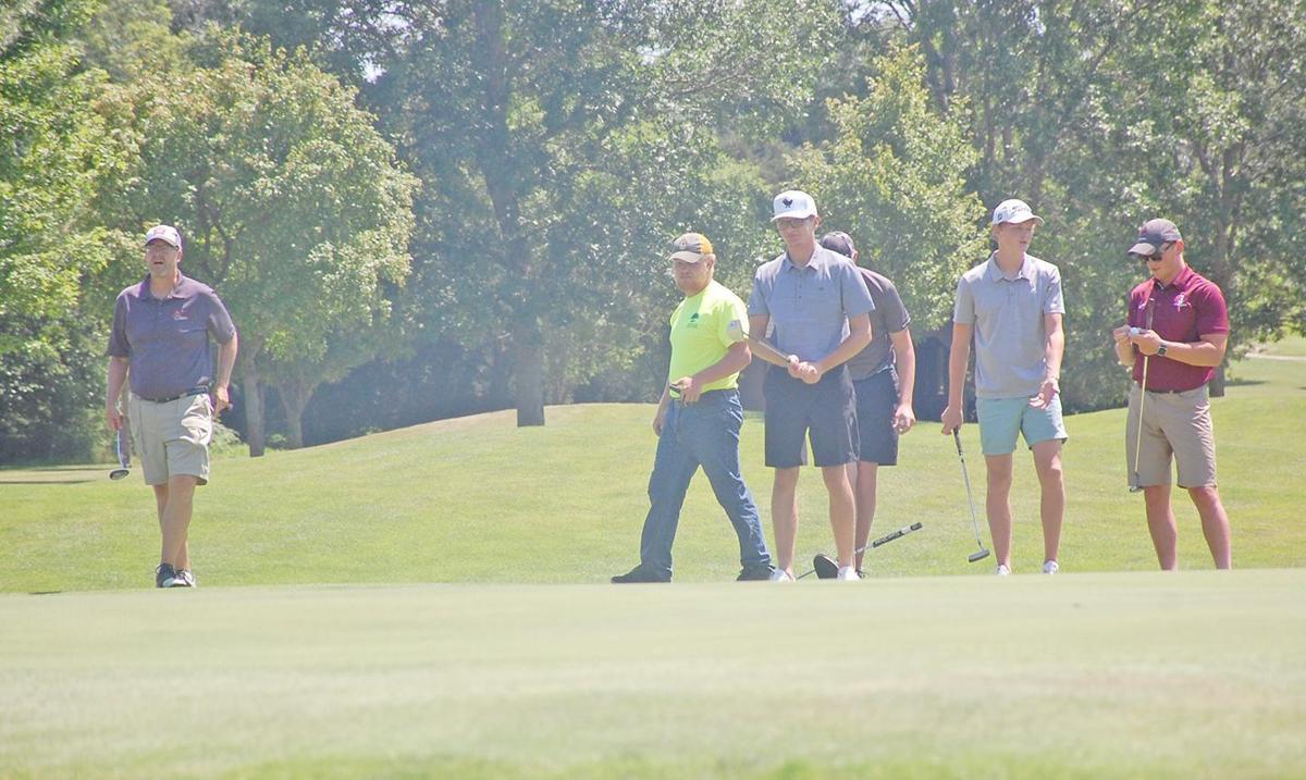 Golfers to putt