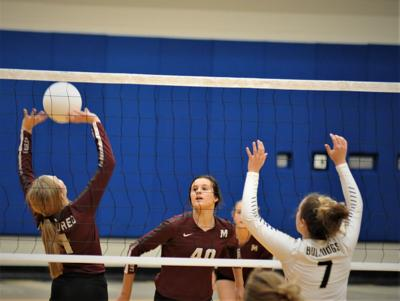 Kenli Dalton (1) sets up a shot for Amy Adamson