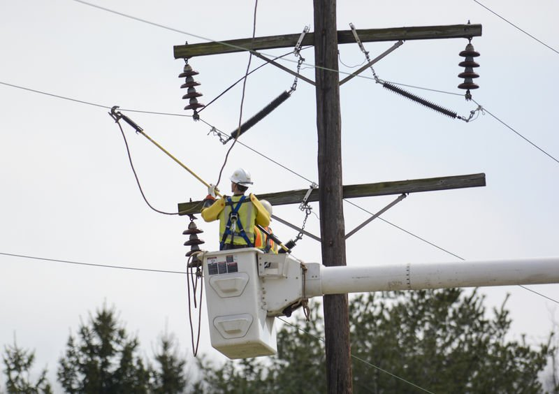 Strong winds knock out power to thousands across Valley ...