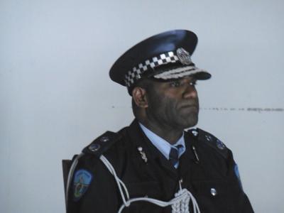 被解雇的警察专员盘问终止